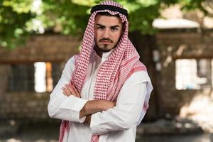 Porträt des jungen arabischen saudischen Emiratsmannes foto