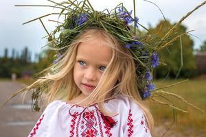 Porträt des ukrainischen Mädchens im Rosenkranz