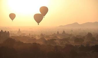 Silhouette von Heißluftballons foto