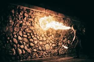 Der aktive Europäer führt Tricks für die Feuershow-Nacht aus foto