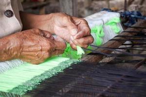 Prozess des Webens, Färbens, Webens des alten Thailand als Seide foto