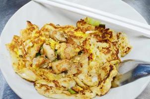 Gebratene frische Reismehlnudeln mit Huhn und Ei foto