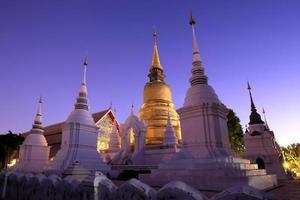 goldene Stupa in der Abenddämmerung am alten Tempel, Nordthailand foto