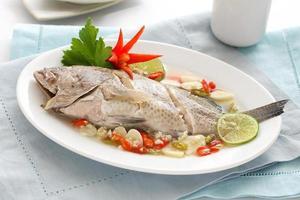 gedämpfter Fisch in Zitronensauce foto