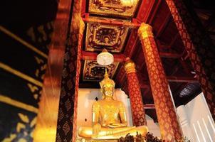schöner goldener alter Buddha im alten Tempel, Ayutthaya, Thai foto