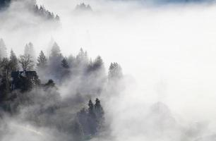 bayerisches Bergdorf im dichten Nebel