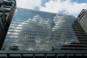 Wolken auf Glasfront Gebäude - faszinierende Reflexion foto