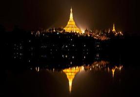 Shwedagon-Pagode in der Dämmerung, Myanmar foto