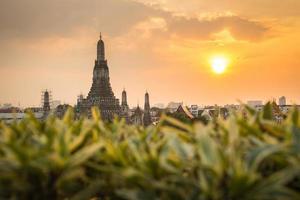 Wat Arun buddhistische religiöse Orte in der Sonnenuntergangszeit foto