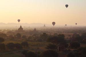 Pagode und viele Luftballons foto