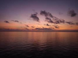 glühender Morgen am Strand foto