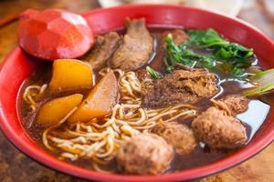 geschmorte vegetarische Nudelsuppe (素 紅燒 麵) foto
