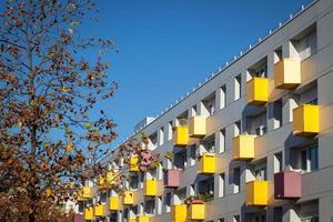 bunte Balkone auf Mehrfamilienhaus foto
