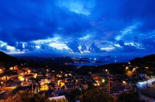 Jioufen Nachtansicht mit Licht und Autoverkehr foto
