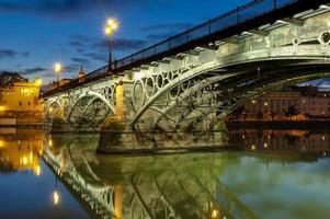 Triana Bridge Sevilla in der Abenddämmerung foto