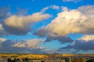 Sassari unter einem bewölkten Himmel foto