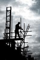 Baumeister-Silhouette auf dem Gerüst foto