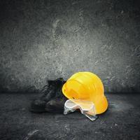 Schutzausrüstung sitzt auf einem schwarzen Schmutzhintergrund foto