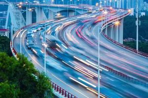 Verkehrsstrom Nahaufnahme auf der Brücke foto