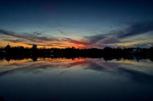 dramatischer Sonnenuntergang in Bucharest, Rumänien. foto