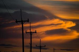 Strommasten auf buntem Himmel, Sonnenuntergang