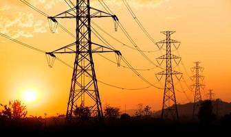 Silhouette der elektrischen Hochspannungspolstruktur