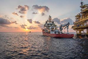 Versorgungsboot bei Sonnenuntergang foto
