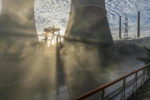 neblige industrielle Landschaft foto