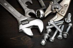 Muttern, Schrauben und Werkzeuge foto