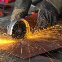 Funken beim Schneiden von Stahl foto