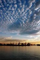 Seehafen und Himmel bei Sonnenuntergang foto