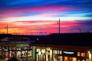 Blick auf den Sonnenuntergang vom Einkaufszentrum foto