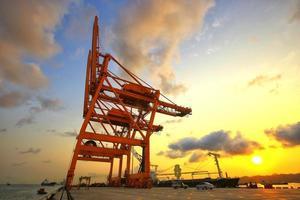 Containerfrachtschiff mit funktionierender Kranbrücke