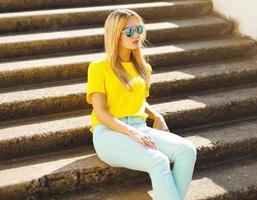 Sommer, Mode und Menschen Konzept - stilvolle hübsche Frau foto
