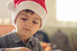 Junge mit Weihnachtsmütze foto