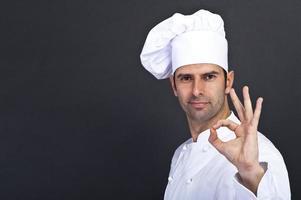 Porträt des Kochs über dunklem Hintergrund foto