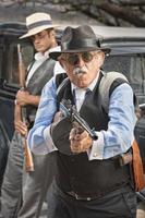 Gangster mittleren Alters zielen foto