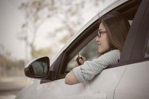 Frau in ihrem neuen Auto lächelnd foto