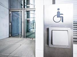 Türöffnerknopf für behinderte Menschen foto