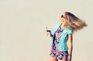 schönes Mädchen in modischen Kleidern foto