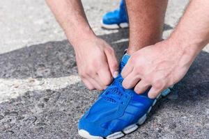 schöner Sportler trainiert im Freien foto