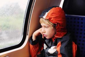 Junge sitzt im Zug foto