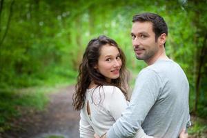 Porträt eines jungen glücklichen Paares in der Natur foto