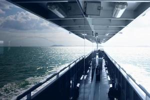 Deck eines Schiffes mit Spiegelung in den Fenstern