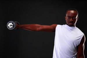 Porträt des afrikanischen Mannes mit Hantel foto