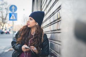 schönes Mädchen, das in einem städtischen Kontext aufwirft foto