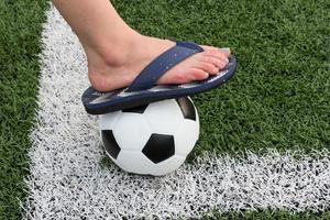 Mädchensandalen, die in ein Fußballstadion treten