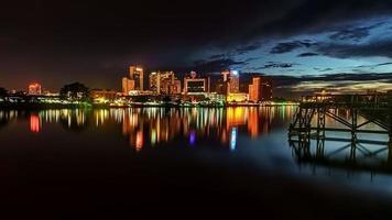 kuching Stadt in der Nacht mit Reflexion.
