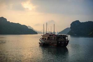 Halong Sonnenaufgang und Boot. foto