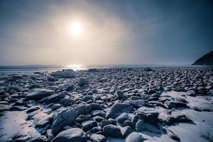 Strand mit Stein und tropischem Meer foto